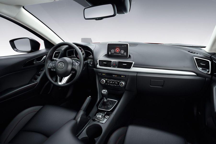 A bord, Mazda a opté pour la sobriété et le classicisme. Un nouvel écran tactile trône sur le haut de la console centrale.