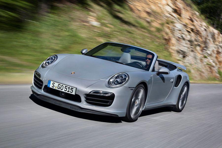 La version cabriolet de la Porsche 911 Turbo a été dévoilée lundi par le constructeur allemand. Avec 520 ou 560 chevaux (en version Turbo S), ce cabriolet a tout ce qu'il faut pour décoiffer ses occupants.