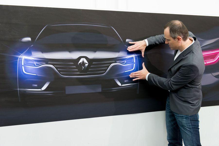 Stefano Bolis, chef de studio, avec la signature lumineuse de la Talisman