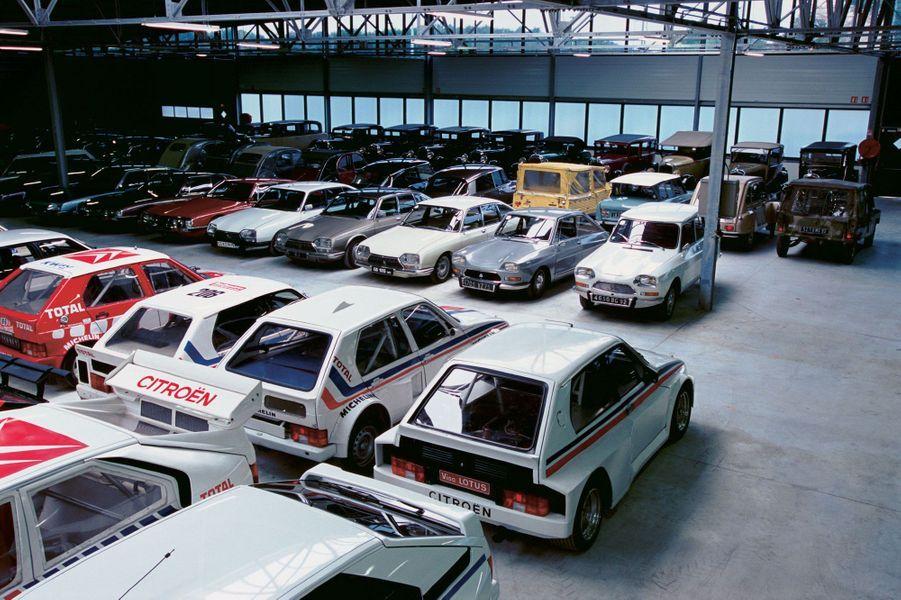 La délirante Citroën Visa Lotus (en bas à droite) fait partie de la collection. Variation bodybuildée de la tranquille citadine Visa, l'auto cache en fait des entrailles de Lotus Esprit Turbo. Conçue pour la compétition, elle n'a jamais effectué le moindre rallye... car elle était inadaptée aux pistes de terre.