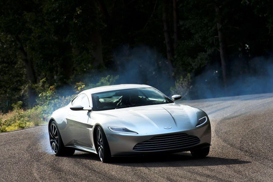 Conçue spécialement pour le film, l'Aston Martin DB10 est une des stars de «Spectre», le dernier épisode de James Bond. A des vitesses délirantes en plein coeur de Rome, cette création basée sur une V8 Vantage réalise des cascades à couper le souffle. Avec son huit-cylindres en V de 430 chevaux, elle mène la vie dure à la Jaguar C-X75 du tueur Hinx. Daniel Craig, qui incarne James Bond devant la caméra de Sam Mendes, a accepté de raconter à Match les moments qu'il a passé à bord de cette Aston hors du commun.