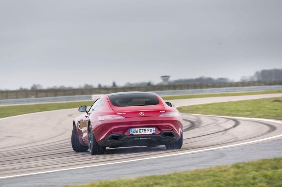 """La petite soeur de la SLS a été conçue par Mercedes comme une rivale de la Porsche 911. Son V8 turbocompressé fait un boucan de tous les diables et au volant, elle n'a pas à rougir face aux productions de Zuffenhausen. Même si son poids est élevé -1645 kg-, cette GT est d'une agilité d'autant plus remarquable qu'à bord, rien ne paraît avoir été sacrifié sur l'autel de la sportivité, avec un habitacle aux sommets de la catégorie.<center><iframe width=""""560"""" height=""""315"""" scrolling=""""no"""" frameborder=""""0"""" allowfullscreen src=""""//www.parismatch.com/jwplayer/embed/756438/externe""""></iframe></center>A lire : Notre essai de la Mercedes AMG GT S"""