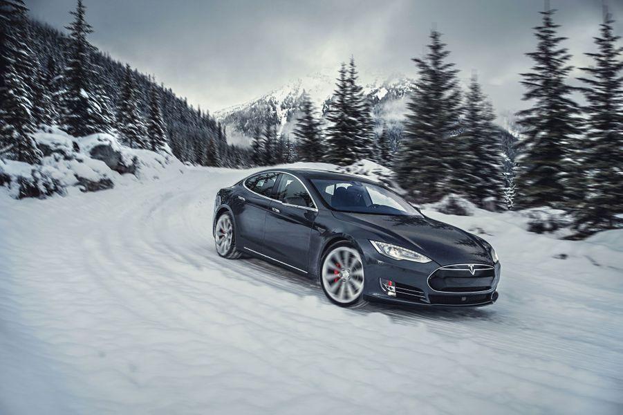 La Model S n'est plus vraiment une nouveauté. Et pourtant, il aurait été difficile de ne pas la retenir pour cette année 2015, durant laquelle nous avons pu prendre le volant de deux versions radicales (P85D et P90D) de cette berline de luxe entièrement électrique. Dépassant allègrement les deux tonnes, la Tesla délivre pourtant une accélération digne des supercars les plus prestigieuses (3 secondes pour le 0 à 100 km/h sur la P90D). Il faut dire que la puissance atteint les 700 chevaux... Avec ses batteries XXL, elle peut aussi offrir une autonomie de 300 km minimum dans sa version P90D.A lire : Notre essai de la Tesla Model S P90D