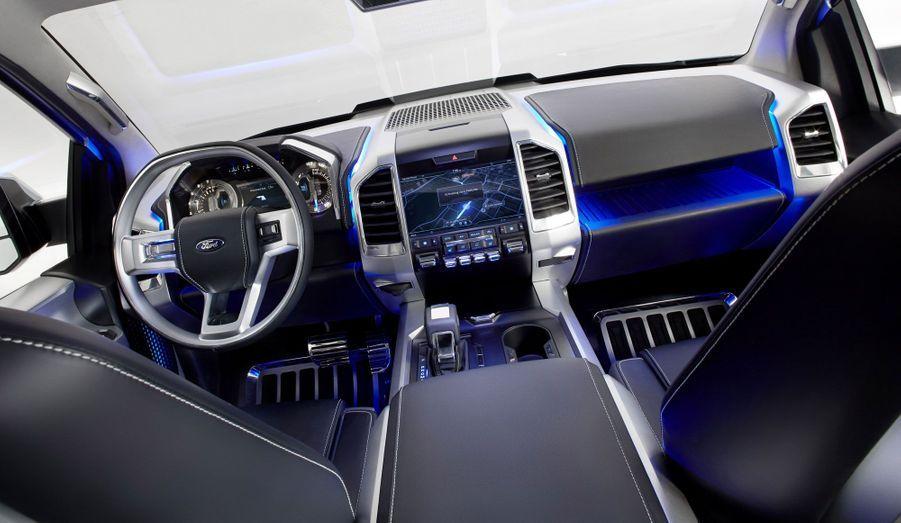 Le pick-up propose plusieurs raffinements d'ordinaire réservés aux automobiles de luxe: caméras de recul avec vue «du dessus», système d'accrochage de remorque automatisé, aide à la marche arrière avec une remorque.