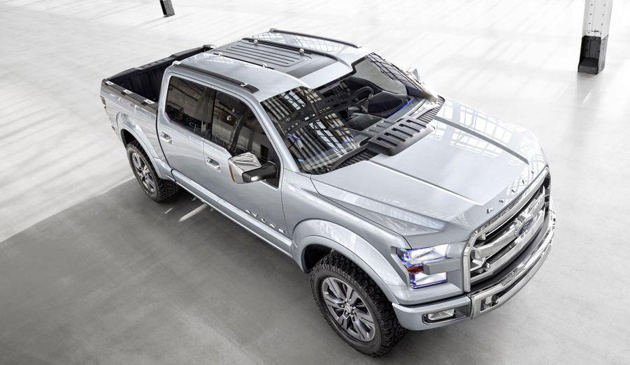 L'Atlas inaugure un système bien connu sur nos voitures européennes: le start and stop, qui coupe le moteur lors des arrêts. Les énormes V6 et V8 que l'on retrouve sous le capot des pick-up américains n'en sont généralement pas dotés. Pour rassurer les clients méfiants, Ford promet que le système se désactivera lorsque l'auto tracte une remorque.