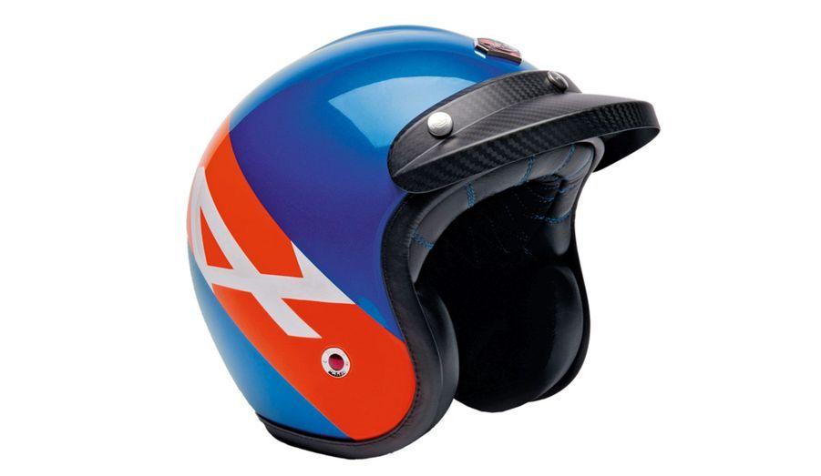Ce casque signé Ruby est vendu dans un coffret Alpine A110-50, accompagné d'un livre dédicacé par Laurens van den Acker, directeur du design de Renault. 930 euros.