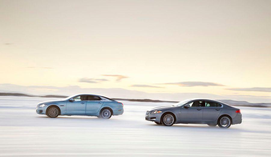 La XF, comme la grande XJ, ne sera disponible en transmission intégrale qu'avec un seul moteur, nouveau dans la gamme: un V6 essence de 3 litres de cylindrée développant 340 chevaux. Le bloc est associé à une boîte automatique à huit rapports ZF.