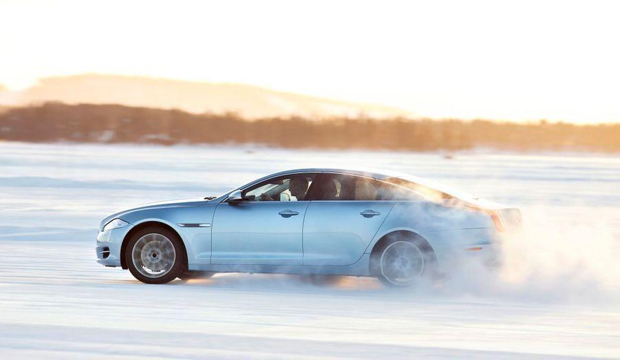Jaguar promet que son système AWD fonctionne de manière totalement transparente pour le conducteur. Sur le sec, il favorise les roues arrières pour accentuer le dynamisme mais peut s'adapter instantanément aux changements de conditions. En mode Hiver, il tente d'éviter tout patinage. L'ensemble est pilotable par une molette située à bord.