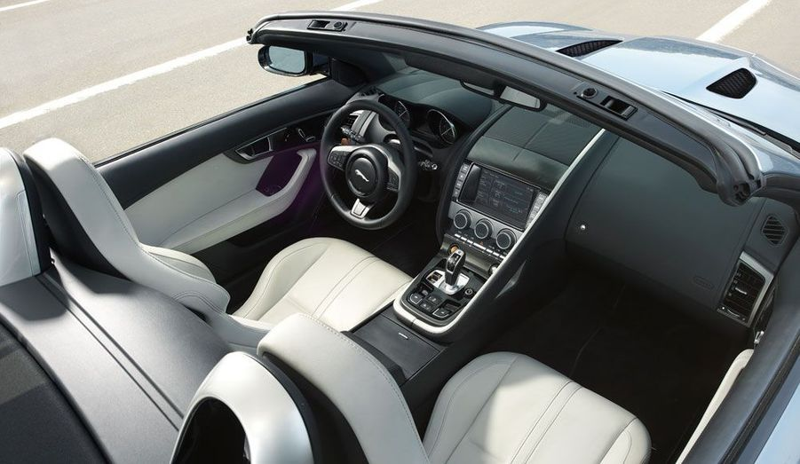 L'ambiance à bord semble être aux nouveaux standards de la firme au félin bondissant: un luxe actuel et épuré.