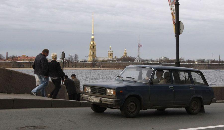 Un break 2104 à Saint-Pétersbourg. Au lancement de ce modèle, le consommateur d'Union soviétique avait le choix entre plusieurs motorisations. Aux standards actuels, ces petits blocs n'excédant pas les 70 chevaux sont complètement dépassés. Mais la Jigouli a aussi eu droit à des versions sportives, dont certaines s'aventurèrent dans des rallyes.