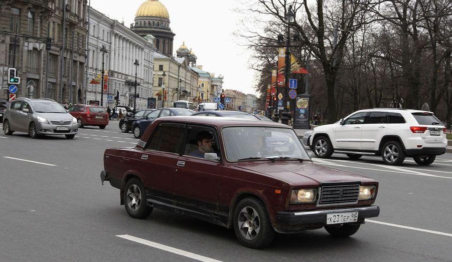 Une Lada 2107 à Saint-Pétersbourg, mercredi: elle détonne au milieu de la circulation, mais son propriétaire l'a mise au goût du jour avec des jantes larges.