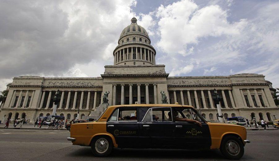 Cuba est célèbre pour ses belles américaines des années 1950, vestiges automobiles roulants de la période précédant l'embargo. Mais on y croise aussi nombre de Lada, parfois adaptées comme cette curieuse limousine taxi.