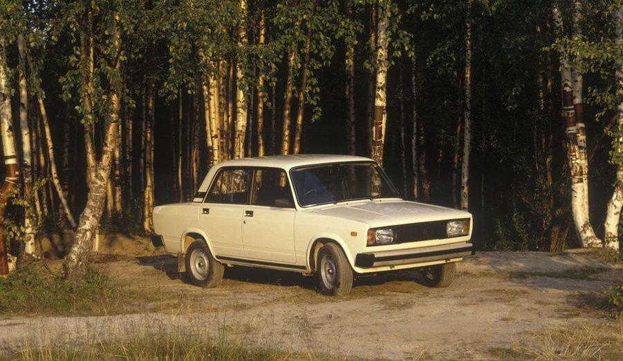 Les années 1980 marquent un (léger) changement stylistique: les optiques rectangulaires sont censées être plus modernes sur cette 2105.