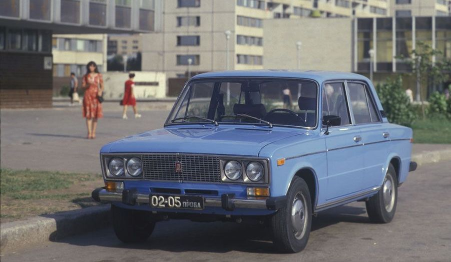 La Lada 2106 se voulait plus luxueuse que son ainée. Mais malgré les chromes et les optiques différentes, c'est toujours une vieille Fiat qui sert de base mécanique. Elle a été produite jusqu'en 2005.