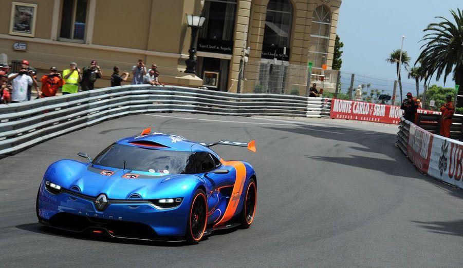 Encore à l'état de concept-car, l'Alpine A110-50 n'en a pas moins eu les honneurs de la piste, à la veille du Grand prix de Monaco fin mai. L'occasion de voir cette sportive à l'oeuvre sur l'un des circuits les plus excitants du monde.