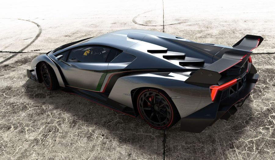 La Veneno sera vendue 3 millions d'euros hors taxes. C'est que le carbone, employé abondamment pour réduire le poids de l'auto, coûte cher...