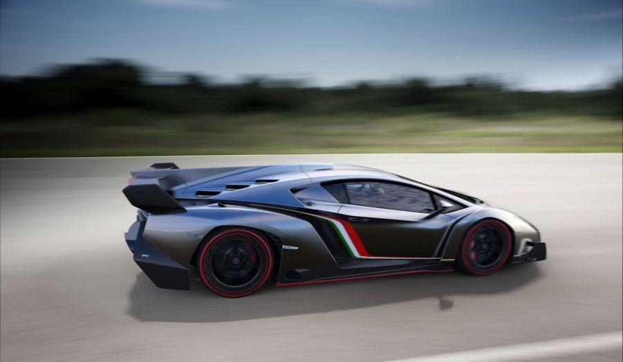 Avec 1450 kg pour un V12 de 750 chevaux, un châssis course et une armée d'appendices aérodynamiques pour la coller à la piste, la Veneno se veut une voiture de course homologuée pour la route.
