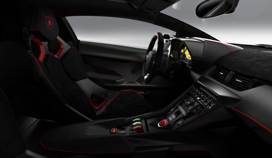 A bord, l'habitacle évoque celui de l'Aventador mais en plus radical, avec du carbone partout. Les quelques concessions au confort de l'Aventador sont oubliées.