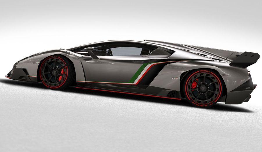 Lamborghini se vante d'être parvenu à obtenir une vitesse de pointe très élevée de 355 km/h malgré l'énorme quantité d'appui générée par les ailerons de toutes sortes.