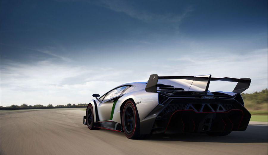 Dotée, comme la plupart des Lamborghini, de quatre roues motrices, la Veneno affiche des prétentions ahurissantes: 355 km/h de vitesse de pointe, le 0 à 100 km/h en 2,8 secondes. La Ferrari F150 et la McLaren P1 sont clairement dans sa ligne de mire.