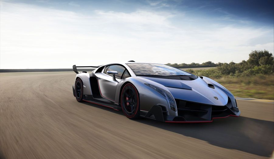 Lamborghini a dévoilé lundi une surprise de taille: la Veneno, qui vient célébrer le 50ème anniversaire de la marque au taureau au salon de Genève. Et s'il est de coutume de comparer chaque nouveau concept de Lamborghini à la batmobile, la célèbre voiture de Batman, jamais une auto de Sant'Agata Bolognese n'y aura autant ressemblé. Vouée à la course, la Veneno ferait presque passer l'époustouflante Sesto Elemento de 2010 pour une «banale» Gallardo.