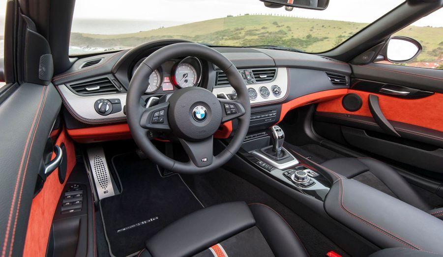 La réputation de sérieux de BMW en matière de présentation n'a pas empêché le constructeur de s'éloigner de l'esthétique austère qui prévaut à bord de ses berlines pour ce Z4. En option, un pack permet même de choisir l'extravagance, avec une association d'orange et de noir.