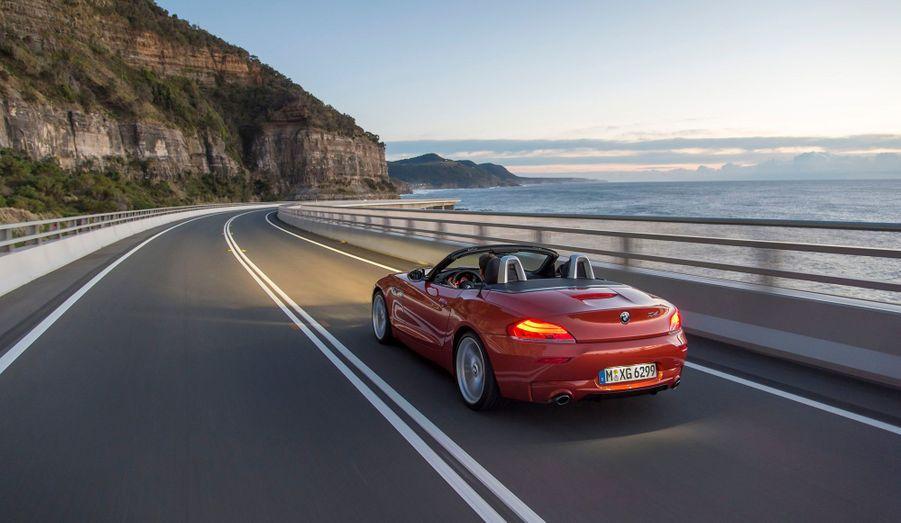 BMW annonce que le futur Z4 disposera d'une motorisation d'entrée de gamme moins puissante que l'actuel 20i de 184 chevaux. Le quatre-cylindre 18i développe 156 chevaux et afficherait selon le constructeur des performances honorables, avec un 0 à 100 km/h abattu en 7,9 secondes. De là à en faire une voiture «accessible» du point de vue des tarifs, il y a un pas dont on doute que BMW le franchira.
