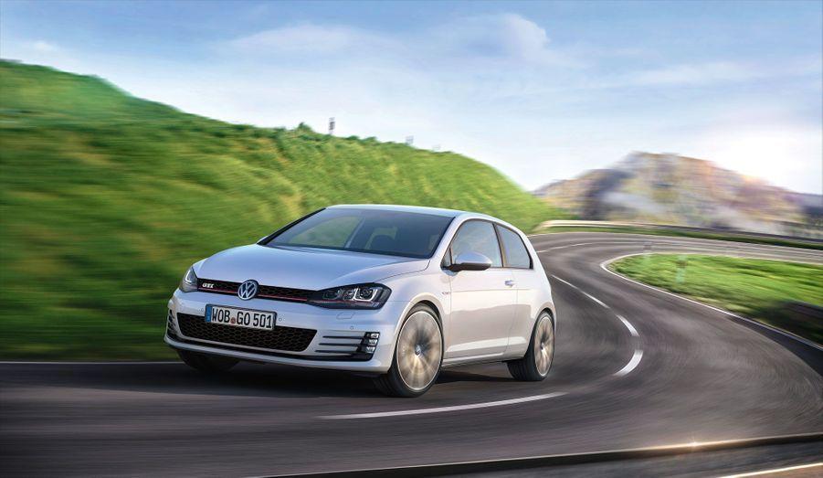 La nouvelle génération de la sportive la plus célèbre d'Europe sera présentée la semaine prochaine au salon de l'automobile de Genève. Mais Volkswagen a diffusé dès mardi les premiers clichés de sa Golf GTI, ainsi que sa fiche technique. Elle sera disponible en deux versions, l'une de 220 chevaux et une GTI Performance de 230 chevaux, toujours avec un quatre-cylindre 2.0 litres essence TSI. Et si VW promet des performances en hausse -un centième de mieux que l'ancienne sur le 0 à 100 km/h pour la version «de base», cette GTI semble profondément marquée par les contraintes de l'époque. Elle est moins puissante -15 chevaux de moins-, moins gourmande et moins polluante, avec une consommation annoncée de 6 litres aux 100 km pour 139 g de CO2 par km avec la boîte manuelle.