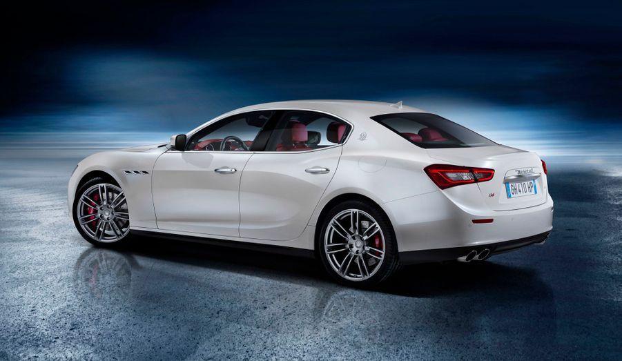 La Ghibli sera exclusivement équipée de moteurs V6. Pour la première fois, une Maserati accueillera un V6 diesel, issu de la banque d'organes Fiat-Chrysler et porté à 275 chevaux. Côté essence, deux variations d'un V6 de 3 litres seront proposées à 330 et 410 chevaux. Cette dernière pourra être associée à une transmission intégrale qui devrait titiller les Audi Quattro. Côté transmission, la boîte automatique à 8 rapports ZF, qui a fait ses preuves chez nombre de concurrents, se chargera de faire passer la puissance aux roues.
