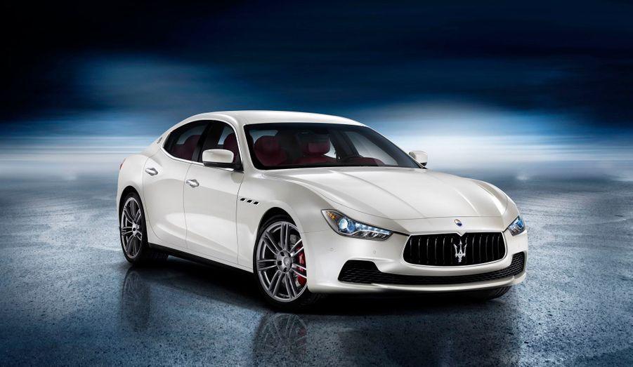 Les Mercedes CLS, BMW Série 6 et autres Audi A7 peuvent trembler: Maserati a décidé de s'attaquer au segment de la grande berline de style, avec une Ghibli plus petite que la Quattroporte mais très élégante. Présentée au salon de l'automobile de Shanghai, l'auto s'inscrit dans la gamme du constructeur italien en empruntant aux courbes de la GranTurismo.