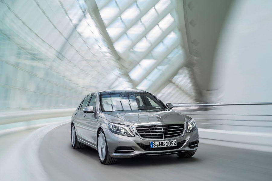 La Classe S version 2013 adopte l'identité visuelle inaugurée par d'autres modèles de la gamme, la petite Classe A en tête. La grosse berline confirme que le design Mercedes traverse une période faste. Lignes tendues, détails élégants, la S en impose, sans pour autant paraître imposante.
