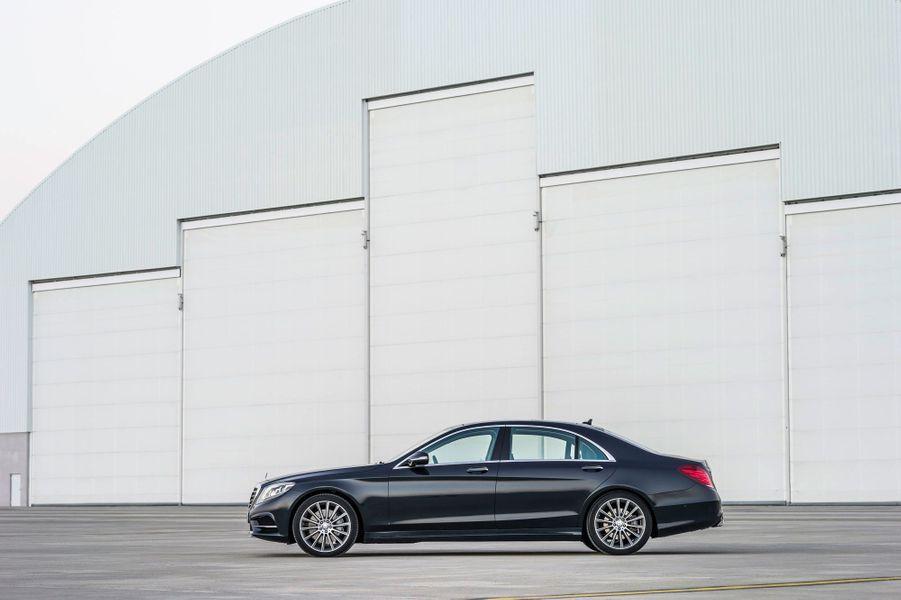 Les autres motorisations disponibles dès le lancement sont aussi plus économes que jamais. Le V6 essence de la S400 se contenterait, selon Mercedes, de 6,3 litres aux 100 km. Et même la S500 avec son V8 de 455 chevaux resterait relativement sobre avec 8,6 litres aux 100 km.