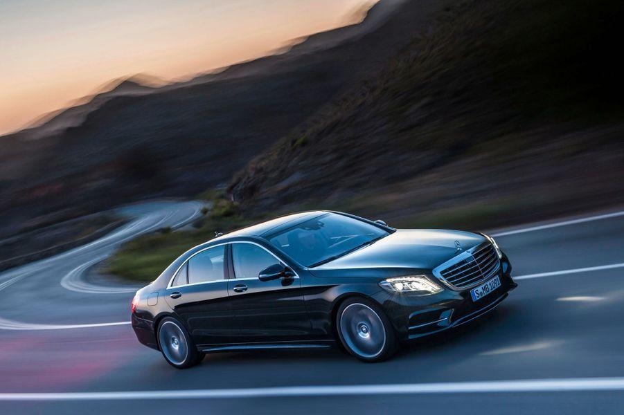 La nouvelle génération de la Mercedes Classe S arrivera bientôt en concessions. Ce modèle mythique, adopté par les chefs d'Etat et les dirigeants du monde entier, est à chaque génération la référence. Mais ses concurrentes les plus directes, BMW Série 7 et Audi A8, ont prouvé leur valeur depuis longtemps. Pour exister, la nouvelle S doit faire encore plus fort que ces adversaires de haut vol.