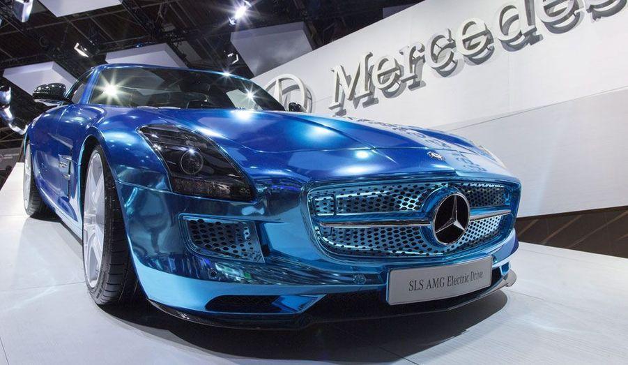 Alors que le Mondial de l'Automobile se termine ce dimanche à Paris, retour sur les auto les plus marquantes de ce salon 2012. Par Lionel Robert et Adrien Gaboulaud. On craque par exemple sur la Mercedes SLS AMG Electric Drive. Certes, elle n'est pas une vraie nouveauté, puisque la SLS AMG «traditionnelle» est en vente libre depuis deux ans. Mais elle a de la gueule dans sa robe bleu électrique. Et en 2014, elle sera l'électrique de série la plus rapide du monde.