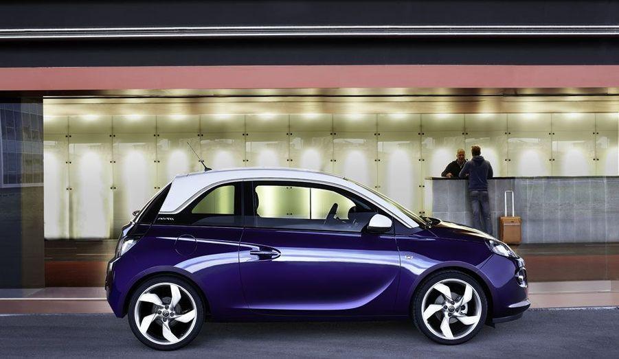 On a vraiment envie de regarder cette Opel-là. Bien dessinée, elle vise la Fiat 500 et pourrait bien lui faire de l'ombre. Au Mondial, le Blitz avait déployé les grands moyens pour illustrer les vastes possibilités de personnalisation qu'offre la gamme. Seul bémol: les nombreux modèles présentés sur le stand du constructeur étaient certes tous très séduisants, mais bardés d'options qui portaient la facture parfois au delà de 20 000 euros. A quoi ressemble une Adam en dotation de base? Le visiteur du salon n'en aura rien su.