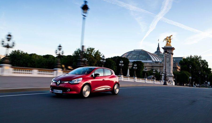 Indéniable star du salon, la nouvelle citadine Renault a attiré les foules. Sa ligne très glamour signée Laurens van den Acker en impose. A bord, les couleurs vives et les plastiques laqués ne plairont pas à tout le monde, mais on ne pourra pas dire que cette Clio est ennuyeuse.