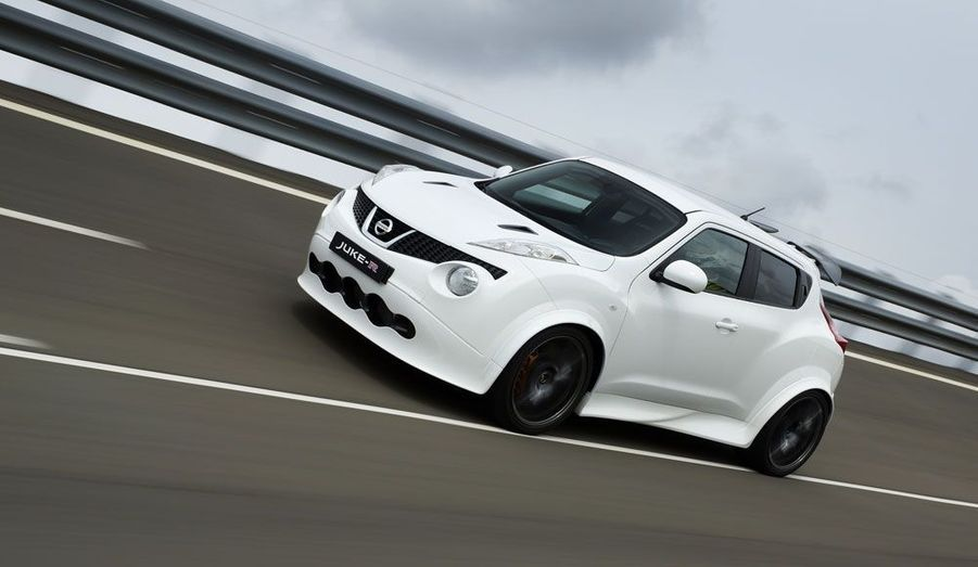 Ce qui pouvait ressembler à un pari stupide est devenu une vraie voiture qui roule et dont le premier exemplaire vient d'être vendu. Le Juke-R de Nissan, SUV greffé sur les entrailles de la super-sportive GT-R, est désormais un délire bien réel.