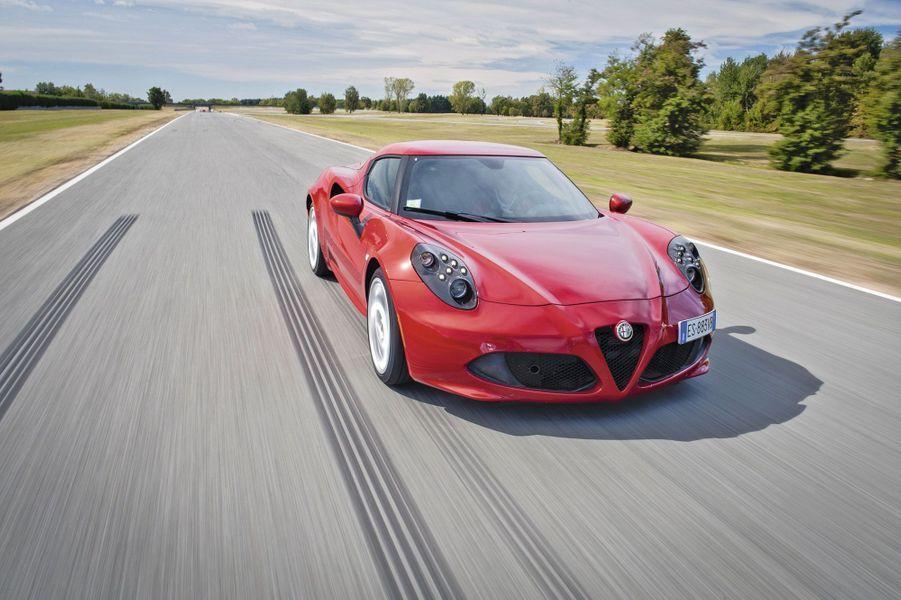Objet de plaisir absolu, la 4C est le symbole de la résurrection d'Alfa Romeo. Sculpture en mouvement, l'appétissante italienne ravive le souvenir de la légendaire 33 Stradale. Fabriquée chez Maserati, cette stricte deux-places partage le même ennemi que Lotus: le poids. Résultat: moins de 900 kg sur la balance et une répartition des masses 40-60 trahissant l'emplacement du moteur en position centrale arrière. Au volant, elle offre des sensations de pure sportive.Lire l'intégralité de l'essai