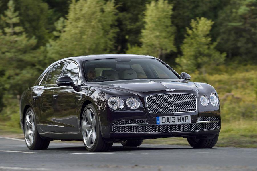 Ex-Continental et désormais simplement Flying Spur, cette Bentley se conjugue au plus-que-parfait. La conduite relève du rêve sur quatre roues, motrices comme il se doit. Puissance à foison, précision chirurgicale et silence de cathédrale, douceur de rigueur, dans le passage des huit rapports de la boîte automatique comme dans les réactions de la suspension pneumatique… on évolue dans un autre monde. Lire l'intégralité de l'essai