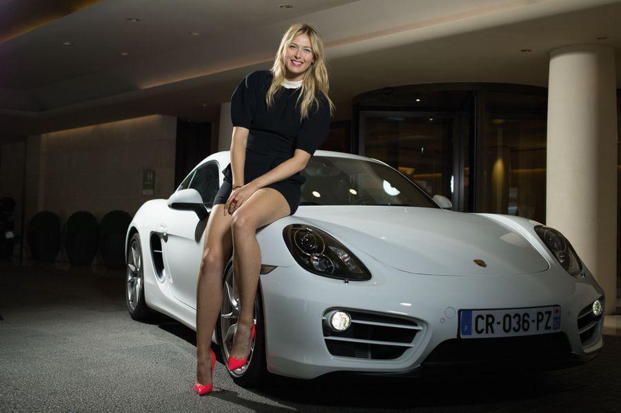 Maria Sharapova, nouvelle ambassadrice de Porsche, prend la pose pour Match sur le capot du redoutable Cayman. Cette seconde génération jouit d'un comportement de haute volée. Avec un empattement et des voies élargis, une poignée de chevaux en plus et quelques kilos en moins, la biplace Porsche témoigne d'une efficacité diabolique. Elle reprend même le moteur, le freinage dévastateur et le mode croisière de la 911. Lorsqu'on relâche l'accélérateur, la transmission passe au point mort pour réduire la consommation. Reste le tarif, très élitiste, et l'équipement, vraiment minimaliste.Lire l'intégralité de l'essai