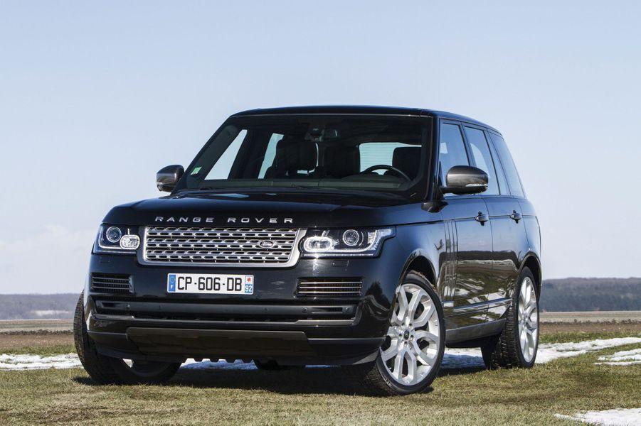 Allégé, modernisé, le nouveau Range Rover demeure la référence. Il s'est débarrassé de son roulis endémique. Son comportement s'en trouve transfiguré et l'agrément de conduite, nettement amélioré. A bord, respect du protocole oblige, les matériaux respirent le grand luxe, l'équipement est à l'avenant (volant chauffant, climatisation quatre zones, appuie-tête ajustable et banquette rabattable électriquement…) et l'ergonomie fait désormais partie du vocabulaire des ingénieurs Land Rover.Lire l'intégralité de l'essai