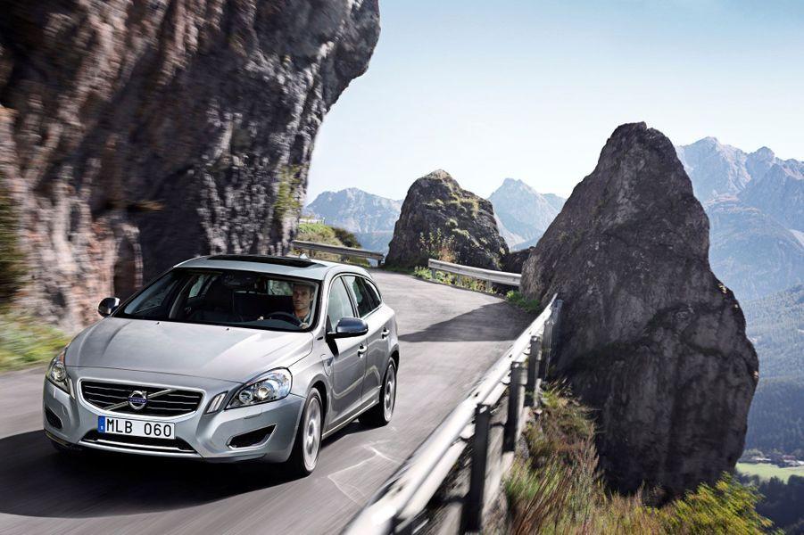 Diesel et batteries rechargeables: la Volvo V60 Plug-in Hybrid concilie écologie et autonomie. Elle peut parcourir 50 km sans rejeter un gramme de CO2. Le cinq-cylindres diesel de 215 chevaux prend ensuite le relai. Silencieuse, sereine et ultra confortable, la V60 PiH s'enorgueillit d'une astucieuse fonction Save permettant, à tout moment, de recouvrer 20 kilomètres d'autonomie électrique. Véritable pionnière en la matière, la vertueuse suédoise va faire date. Dommage que son tarif trop élitiste restreigne sa diffusion.