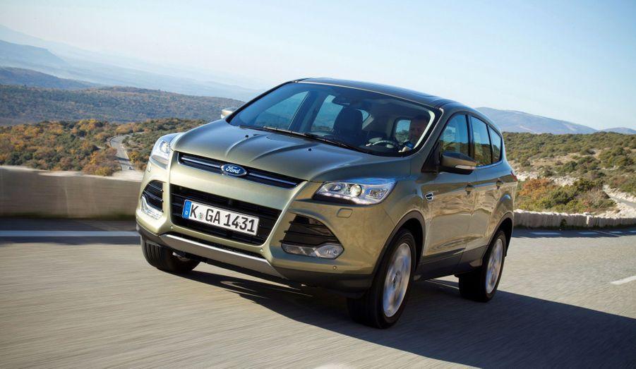 D'apparence plus massive, présenté comme plus confortable et riche d'équipements plus haut de gamme, le nouveau Ford Kuga se veut un peu plus bourgeois que son prédécesseur à la ligne sympathique. C'est que ce Kuga est en fait un Ford Escape, best-seller aux Etats-Unis, conformément à la nouvelle stratégie «One Ford» qui veut que le constructeur à l'ovale produise désormais des modèles mondiaux, conçus pour convenir à tous les marchés.