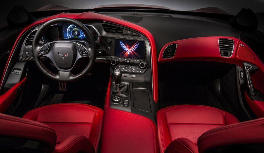 Véritable aluminium, fibre de carbone: la Corvette ne veut pas être trop devancée par la qualité des habitacles de ses concurrentes allemandes. Chevrolet promet donc des matériaux nobles et une finition «à la main». Si on voit mal l'américaine taquiner Porsche ou Audi dans ce domaine, il faut lui reconnaître des efforts dans le dessin de la planche de bord et dans l'intégration d'écrans haute définition.