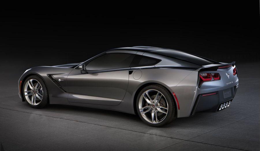 Après avoir ressuscité avec bonheur la Camaro, Chevrolet a conservé quelques uns des traits qui font désormais la signature esthétique de la marque: après des années avec des feux arrières arrondis, la Corvette C7 arbore des optiques très anguleuses, proches de celle de sa petite soeur.