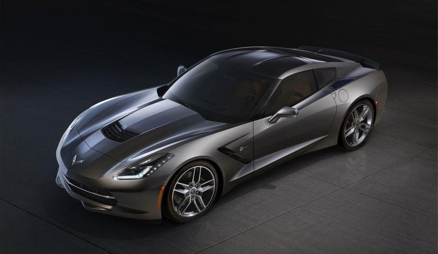 La Nissan GTR aurait-elle aussi influencé les ingénieurs de Chevrolet? Difficile de ne pas voir dans la japonaise l'une des principales cibles de la nouvelle Corvette. Certes, la nippone est plus puissante, mais nul doute que, dans les mois et les années qui viennent, Chevrolet va doter sa Stingray de motorisations susceptibles d'aller taquiner celle qui fait partie des références.