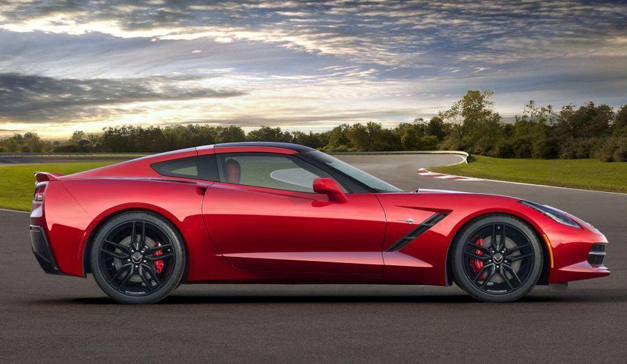 Chevrolet annonce que sa Corvette sera disponible avec un «pack performance» dénommé Z51, qui comprend un différentiel à glissement limité électronique, un carter sec, un meilleur système de refroidissement et des appendices aérodynamiques.