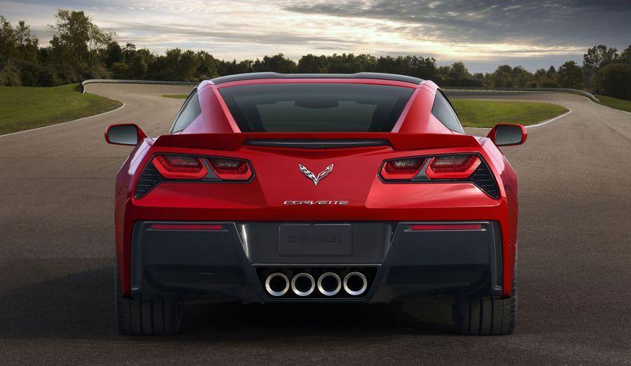 Avec quatre sorties d'échappement aussi massives, la Corvette se devra de ne pas décevoir côté sonorité. Le V8 LT1 de 6.2 de cylindrée, tout bardé de technologie dédié à la baisse de consommation (injection directe, distribution variable, gestion améliorée de la combustion...), aura-t-il l'âme d'un big block bien américain? Réponse sur la route.