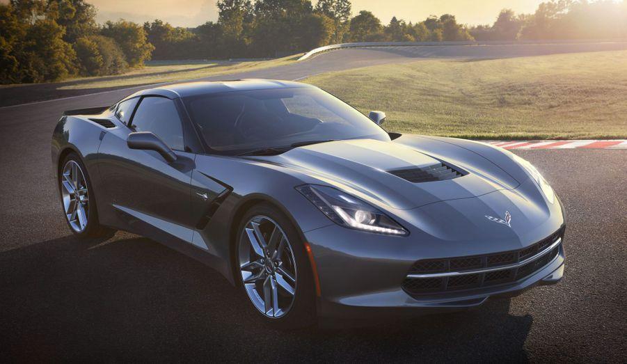 Chevrolet a dévoilé au salon de l'automobile de Detroit l'un de ses modèles phares, la nouvelle génération de la Corvette. Quintessence de la voiture de sport à l'américaine, cette septième Corvette affiche une plastique particulièrement agressive, faite de lignes et de cassures qui rompent avec la rondeur relative des lignes des précédents modèles. Avec son identité très affirmée -elle reprend le nom de Stingray, référence à des modèles légendaires de la lignée Corvette-, elle pourrait même en remontrer à la future SRT Viper. Mais la Corvette restera moins monstrueuse que sa rivale du groupe Chrysler Fiat, même si la version de base de cette nouvelle mouture n'a jamais été aussi puissante, avec son V8 de 450 chevaux.