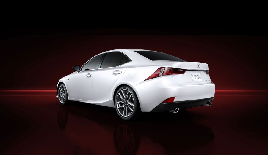Lexus assure que l'empattement plus conséquent de la nouvelle IS améliore l'espace à bord. Si la promesse est tenue, la japonaise pourrait avoir là un avantage sur ses concurrentes allemandes.